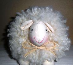 pompom de lã especial desfiada manualmente cabeça e patas em algodão cru  Pode ser usada como lembrancinha para diversas ocasiões: nascimento,aniversário e outros...