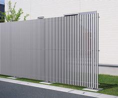 三協アルミのフェンス・柵「エルファード片面 1型 たて格子 高尺タイプ」の商品詳細ページです。気になる視線をほどよくカット。多彩なデザイン・色展開で目隠しを演出します。採光性・通風性に優れた格子状が特徴です。