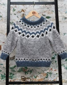 Kambur børne sweater strikkekit - All Hair Styles Fair Isle Knitting Patterns, Knitting Designs, Knit Patterns, Knit Baby Sweaters, Knitted Baby Clothes, Easy Knitting, Knitting For Kids, Pull Jacquard, Baby Boy Cardigan