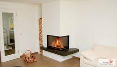 Eck-Säule Heizkamin mit Naturstein Feuertisch und gemauerter Holzlege. #Kamin #Ofen #Fireplace www.ofenkunst.de