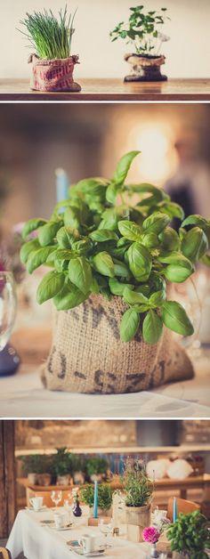 Do-It-Yourself - Tischdeko: Kräuter im Kaffeesack - Nähanleitung für Übertöpfe aus Kaffeesack als Tischdekoration für eure Hochzeit | herzklopfen.photography Blog