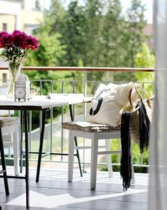 Chic deck patio design with white wood chairs with taupe tufted cushions iron trestle table with marble top and white Moroccan lantern. Diy Design, Patio Design, Design Ideas, Garden Design, Dream Home Design, House Design, Balustrade Balcon, Moroccan Lanterns, Diy Sofa