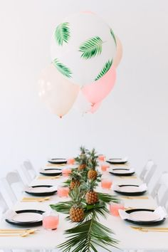 Palm-fronds-balloons tutorial by Studio DIY #balloons #DIY #partytable #tropical #palmfronds #pineapple