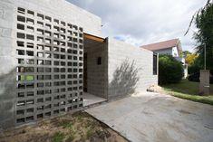 PRO.CRE.AR. PERROUD   AToT Arquitectos Cinder Block House, Cinder Block Walls, Concrete Houses, Concrete Blocks, Brick Facade, Facade House, House Property, My House, Casa Top