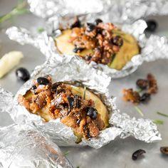Deine Folienkartoffel kommt mit Rosmarinaroma daher und bringt gleich das passende Relish aus süßen Feigen und würzigen Oliven zum Dippen mit.
