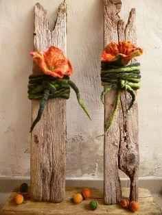 filzblüten auf holz, treibholz
