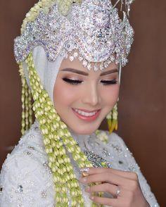 42 Ideas For Bridal Poses Flower Muslimah Wedding Dress, Muslim Wedding Dresses, Wedding Attire, Funny Bridal Shower Gifts, Bridal Gifts, Simple Bridal Shower, Bridal Shower Rustic, Wedding Ceremony Flowers, Flower Bouquet Wedding