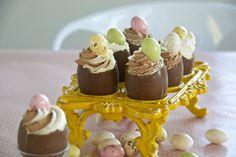 Pääsisäisen suklaamunat sitruuna- ja suklaal-lakritsivaahdolla © Hanna Stolt |Gurmee.net Diy Party Decorations, Snacks, Desserts, Celebration, Eggs, Food, Funny, Google, Tailgate Desserts