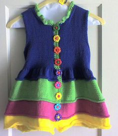 This Pin was discovered by Ele Knitting For Kids, Baby Knitting Patterns, Crochet For Kids, Knitting Designs, Baby Patterns, Crochet Baby, Knit Crochet, Knit Baby Dress, Knitted Baby Clothes