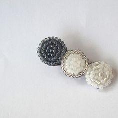 [ohana pierce - dew navy white]フェルトに雫をイメージしたピアスです。ピアス金具にはステンレスポストを使用しています。お肌の弱い方にも優しい素材ですが、アレルギー等ご心配の方はお控えください。・・・・・・・・・・・・・・・・・・・・・・・・・・・・・・・・・・■ SIZE  W2×H3.5cm ■ MATERIAL フェルト/グラスビーズ/ステンレスポスト/レザー・・・・・・・・・・・・・・・・・・・・・・・・・・・・・・・・・・※デリケートな素材を使用しています。ビーズや刺繍部分など、お取扱いは優しくお願い致します。※PC環境により画面上では実物と色が異なって見える場合がございます。ご不明な点がありましたら、お問い合わせ下さい。 『夏ハンドメイド2017』