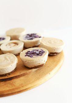 Easy Vegan Cheesecake | Minimalist Baker Recipes, soooo lecker mit gemischten Beeren on top