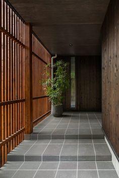 玄関・シューズクローク | 滋賀で設計士とつくる注文住宅 ルポハウス Modern Entrance, Entrance Design, Japanese Home Design, Japanese House, Exterior Doors, Interior And Exterior, Slat Wall, Japanese Architecture, Small House Design