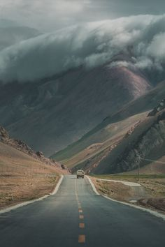 Road Trip: See an impressive mountain scenery. Clouds hugging the Rocky Mountains. All Nature, Amazing Nature, Autumn Nature, Green Nature, Amazing Photography, Nature Photography, Photography Tricks, Digital Photography, Mountain Photography
