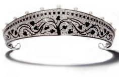 Small example of a small kokoshnik tiara made in 1914 by Cartier at Paris is also made of platinum with a stylized Art Deco tree at the centre with branches undulating outward ending in black onyx leaves all set against a diamond background. Pearls were set at rhythmic intervals to enliven its unbroken contours.