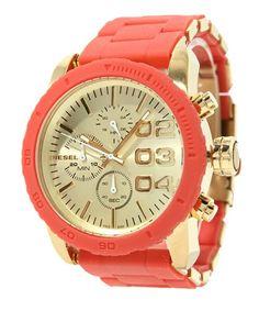 Questo stile caratterizza una luce dorata cassa in acciaio con ghiera di silicone e quadrante soleil. Un braccialetto rosso acciaio silicone avvolto completa il look.
