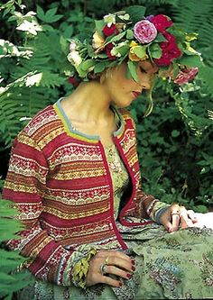 Many of Hisdal's designs are inspired by floral patterns in historic brocade and damask artifacts, which can be found in museums. So very beautiful, Both patterns and colours! Fair Isle Knitting, Hand Knitting, Knitting Patterns, Norwegian Knitting, Folk Fashion, Floral Patterns, Knitting Projects, Museums, Bunt
