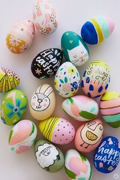 Today we're sharing something a step beyond the PAAS egg decorating kits of my childhood. These modern Easter eggs designs are tiny little works of art. Easter Egg Designs, Easter Ideas, Easter With Kids, Easter Eggs Kids, Easter Egg Basket, Easter Tree, Happy Easter Bunny, Easter Projects, Easter Food