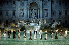 Fendi fez um desfile digno de princesa na Fontana di Trevi