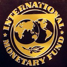 """El Fondo Monetario Internacional como idea fue planteado el 22 de julio de 1944 durante una convención de la ONU. Su creación como tal fue en 1945. El FMI es una institución internacional que reúne 188 países, cuyo papel es de """"fomentar la cooperación monetaria internacional, garantizar la estabilidad financiera, facilitar el intercambio internacional, contribuir a un nivel elevado de empleo, a la estabilidad económico y hacer retroceder la pobreza""""."""