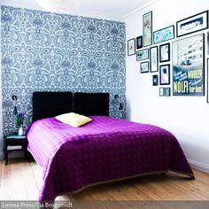 Von einer neobarocken Tapete über Wandbilder im Retro-Stil bis zur Tagesdecke im kräftigen Magenta erstreckt sich die eklektische Schlafzimmergestaltung. Naturfarbene…