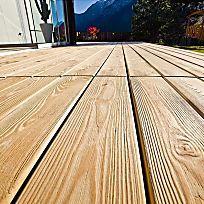 Holzterrassen erfreuen sich schon seit einigen Jahren großer Beliebtheit – und wer etwas handwerkliches Geschick mitbringt, kann eine Holzterrasse sogar selbst bauen.