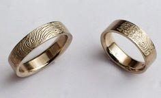 Tr1 - Trouwringen met elkaars vingerafdruk, slijt er nooit uit. (diep in het goud gegraveerd).
