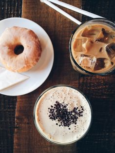 food, coffee, and donuts εικόνα Coffee Break, Morning Coffee, Iced Coffee, Coffee Time, Coffee Mugs, Coffee Shops, Hot Coffee, Coffee Drinks, Coffee Corner