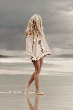 Pastel lavender hair & comfy sweater at the beach Bohemian Mode, Bohemian Style, Boho Chic, Boho Hippie, Hippie Style, Hippie Girls, Hippie Masa, Beach Hippie, Bohemian Summer