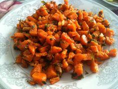 Her er opskriften på en mere spændende og anderledes gulerodssalat end den traditionelle revne gulerodsalat. Denne marokkanske gulerodssalt er en klassiker i det marokkanske køkken, da det er et fa… Mediterranean Recipes, Lchf, Sweet Potato, Carrots, Salsa, Potatoes, Favorite Recipes, Vegetables, Ethnic Recipes