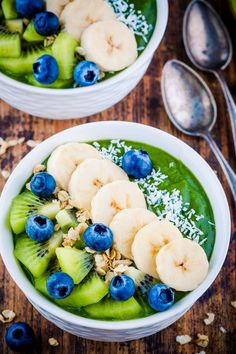Green Smoothie Yogurt Bliss Bowl for Clean Eating Breakfast! - Clean Food Crush Green Smoothie Yogurt Bliss Bowl for Clean Eating Breakfast! Smoothie Legume, Smoothie Fruit, Healthy Green Smoothies, Green Smoothie Recipes, Smoothie Bowl Green, Green Bowl, Healthy Drinks, Healthy Eats, Clean Eating Recipes