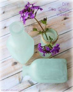 DIY Sea Glass Vases OH MY GOSH! finally a link that actually shows/tells you how to make it look like sea glass Bottles And Jars, Mason Jars, Glass Bottles, Jar Crafts, Diy And Crafts, Diy Projects To Try, Craft Projects, Craft Ideas, Diy Ideas
