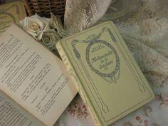 [ Antique French NELSON BOOK (Mademoiselle de la Seigliere)]  パリの蚤の市で出会ったフランスネルソン社のアンティークブックです。アイボリーのしっかりとした表紙にグリーンのエンボスのデザインがとっても素敵な古書です。