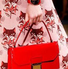 Belki birçoğumuzun daha önce duymadığı bir marka olan Miu Miu markasının çantalarını bugün incelemeye karar verdik. Renkli, küçük ve şık çan...