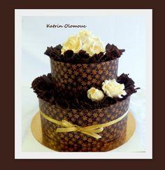 Svatební dort v tmavé čokoládě s dekorem z kakaového másla