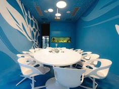 Sehr stylisch ist auch der Konferenzraum des Microsoft-Büros in Wien. Die Highlights dort sind das schicke Retro-Design, blaue Wände und ein Tisch aus Naturholz.