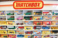 Teníamos montones de coches Matchbox. Cada viaje a Ceuta mis padres nos compraban unos cuantos. Eran de diferentes escalas pero nos daba un poco igual. Combinado con los garajes hechos en Lego era la caña.