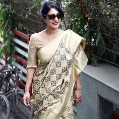 Looking for cotton saree blouse designs? Here are our picks of stylish patterns, chic front neck, & back neck designs you can try with cotton saree blouse! Cotton Saree Blouse Designs, Saree Blouse Patterns, Trendy Sarees, Stylish Sarees, Saree Wearing Styles, Formal Saree, Stylish Blouse Design, Elegant Saree, Designer Sarees