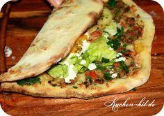 Rezept für Lahmacun - eine türkische Pizza aus Hefeteig- belegt mit frischem Gemüse und einer Knoblauch Soße. Lamacun Anleitung mit Bild zum seber machen.