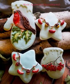Christmas gingerbread robin and mushrooms cookies