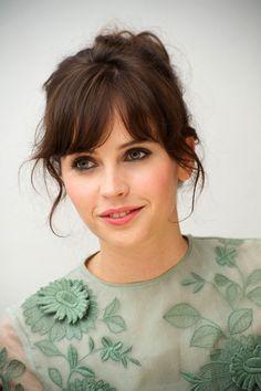 Brune – Chignon – Felicity Jones – Frange – Jolie – Yeux verts (Coiffure Pour Brune)