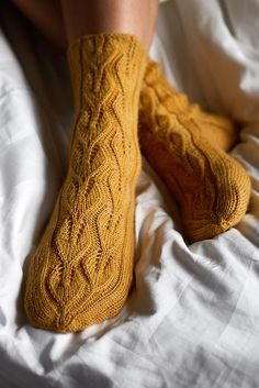 Free Knitting Pattern for Under the Birch Tree Lace Socks - Knitting Hand Knitting Yarn, Knitting Stitches, Knitting Socks, Knitting Patterns Free, Free Knitting, Knitting Tutorials, Vintage Knitting, Stitch Patterns, Lace Socks