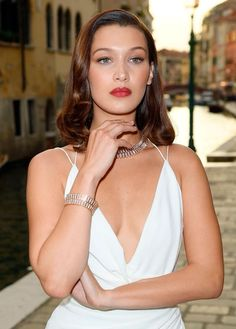 Bella Hadid has cut her hair even shorter and we're loving it. Is this length even considered a bob Bella Hadid Hair, Bella Gigi Hadid, Bella Hadid Style, Bella Hadid No Makeup, Barbara Palvin, Blake Lively, Celebrity Beauty, Celebrity Style, Jenifer Aniston