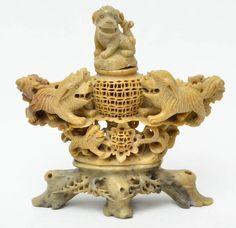 Grupo escultórico em pedra dura, forma de defumador com cães de fó, China - século XIX. Altura total