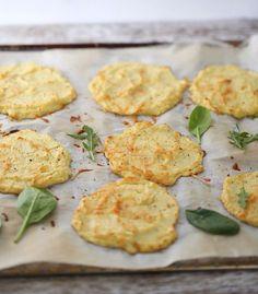 Blomkålpletter: Ingredienser 1 blomkålhode 2 egg 1 dl revet parmesan (eller annen ost) 2 ss potetmel 1/2 ts hvitløkspulver salt og pepper