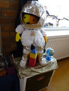 Pompom in de ruimte. Prins Clausschool Zutphen. Robot Monster, Space Projects, Halloween 2016, Eyfs, Solar System, School, Robots, Astronomy, Activities For Kids