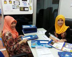 Kakitangan khidmat pelanggan kami sedang siapkan file dan dokumen yang perlu untuk para peserta.