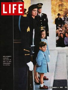 Revista Life (EEUU) - 06 de diciembre de 1963. La Primera Dama de Estados Unidos Jacqueline Kennedy con sus hijos John Jr. y Caroline, en el funeral de JFK el 28 de noviembre de 1963.