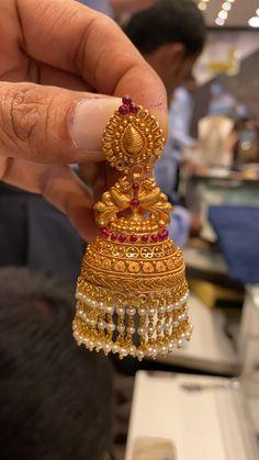 Gold Jhumka Earrings, Indian Jewelry Earrings, Gold Bridal Earrings, Jewelry Design Earrings, Gold Earrings Designs, Gold Jewellery Design, Jhumka Designs, Cuff Jewelry, Antique Earrings