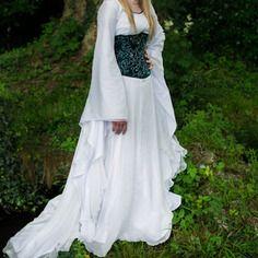 Robe de mariée elfique en soie ivoire.