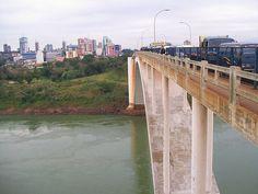 """""""Ponte Internacional da Amizade"""". """"Rio Paraná.  Do outro lado: """"Ciudad del Este (Paraguai)."""